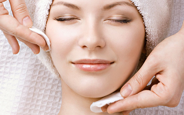 Acne treatment and extractions performed by the best estheticians in Woodland Hills, Los Angeles, CA at DermaCare Facial Clinic
